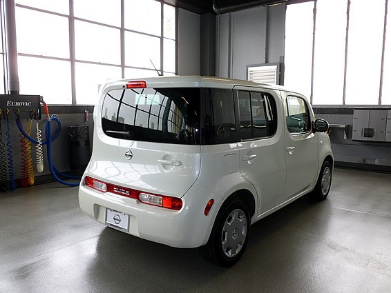 white nissan cube